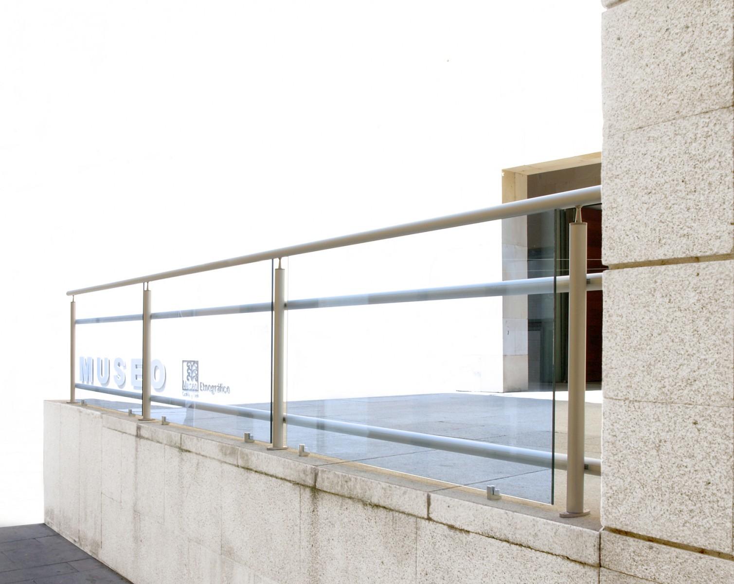 Barandillas y cerramientos urbanos hierro y mas for Barandillas de cristal para terrazas